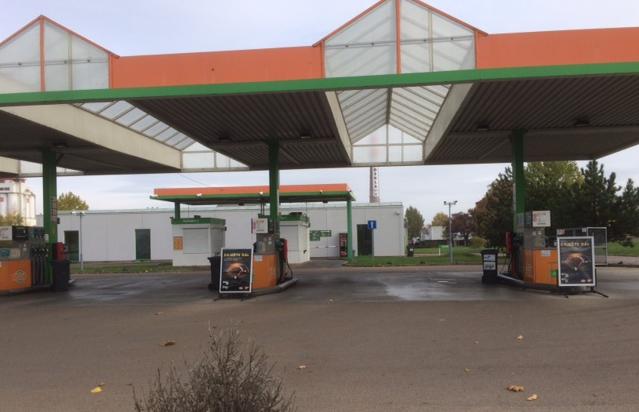 Zavřeny byly ve státní svátek také některé benzínky. Řidiči museli hledat jiné čerpací stanice.