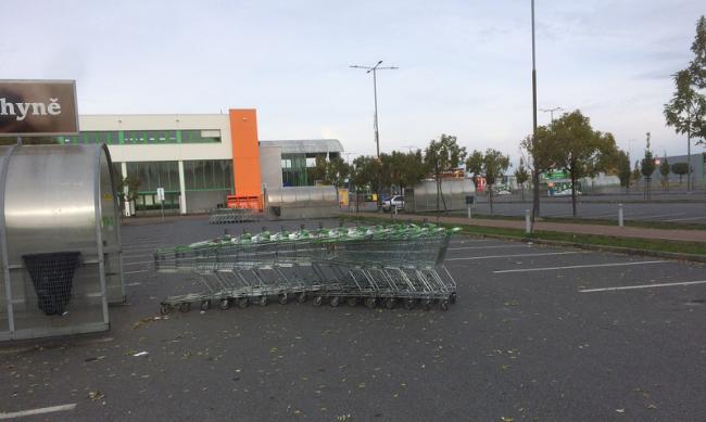 Parkoviště před oblíbeným nákupním centrem zelo 28. října 2016 prázdnotou. Stát zakázal obchodům prodávat zboží zákazníkům.